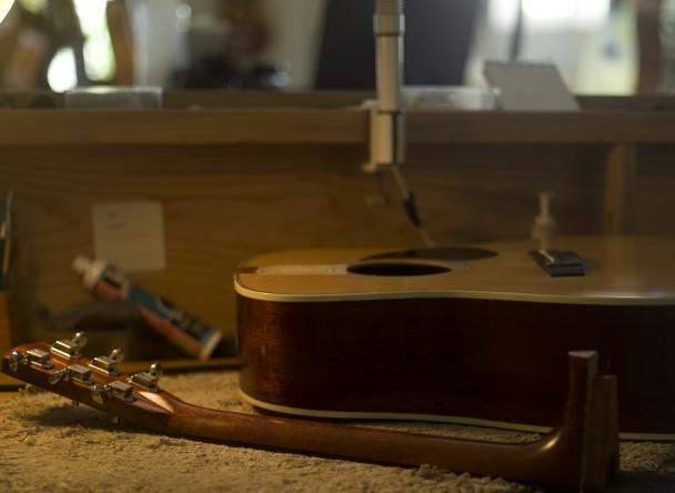 大阪市で壊れたフォークギター