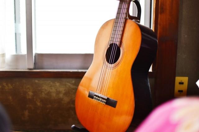 窓際に立てかけた買取予定のフォークギター