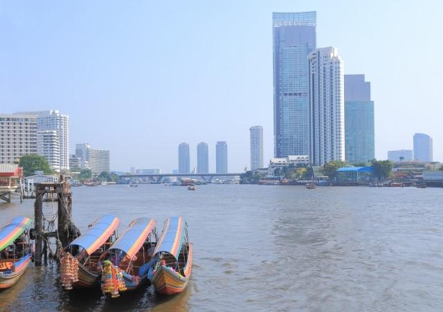 バンコクチャオプラヤ川に浮かぶ尾長船