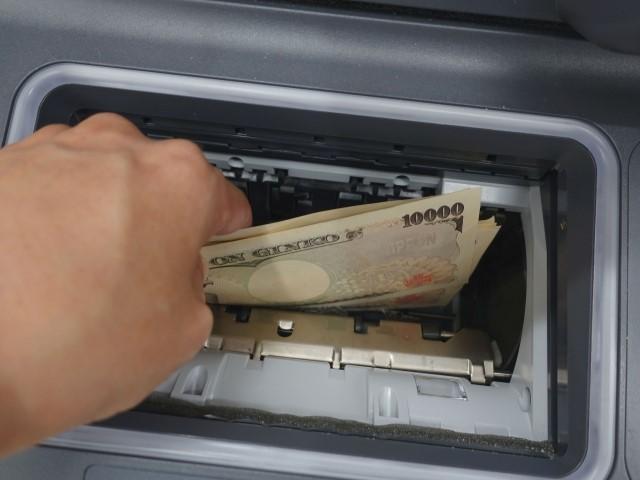 ATMでお金を引き出している