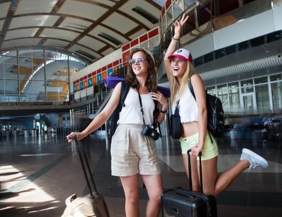 有給休暇で旅行に出発する女性コンビニバイト2人