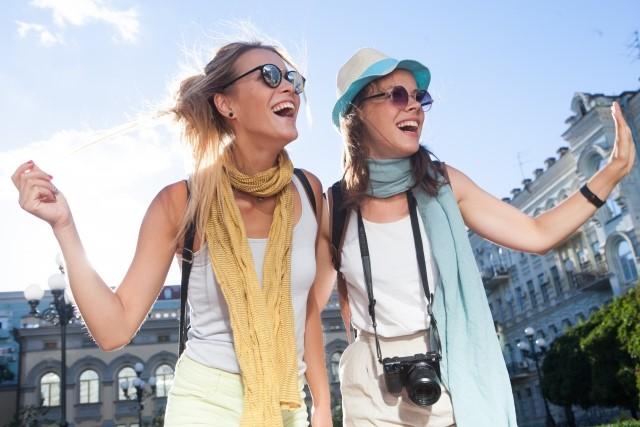 有給休暇で海外旅行を楽しむ女性コンビニバイト2人
