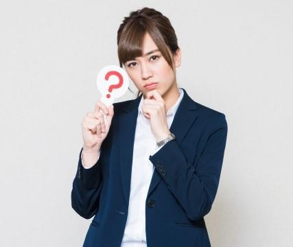 有給休暇の質問をするコンビニバイト女性