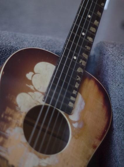 西宮市で粗大ごみになる古いフォークギター