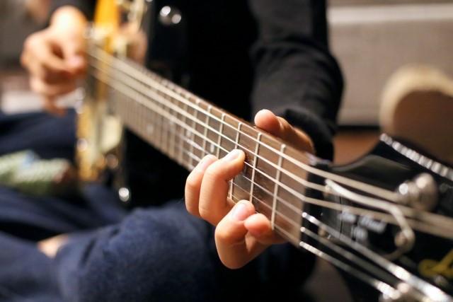 西宮市でギターを売る予定の演奏者