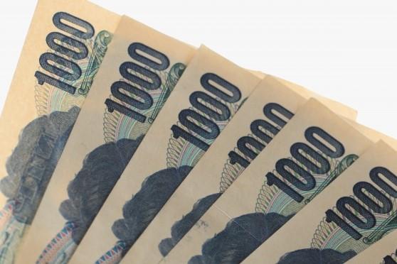 有給の賃金1000円札が6枚