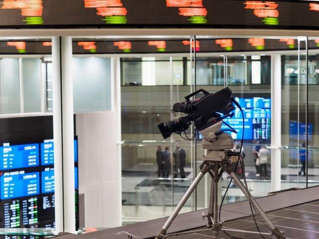 株式上場企業の銘柄が並ぶ東京証券取引所