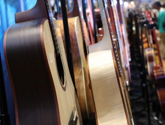 リサイクルショップのアコースティックギター