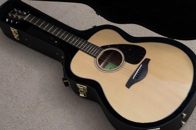 黒いギターケースとアイボリーのクラシックギター