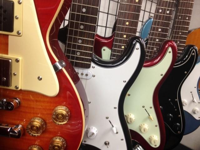 買取専門店にあるエレキギター4本