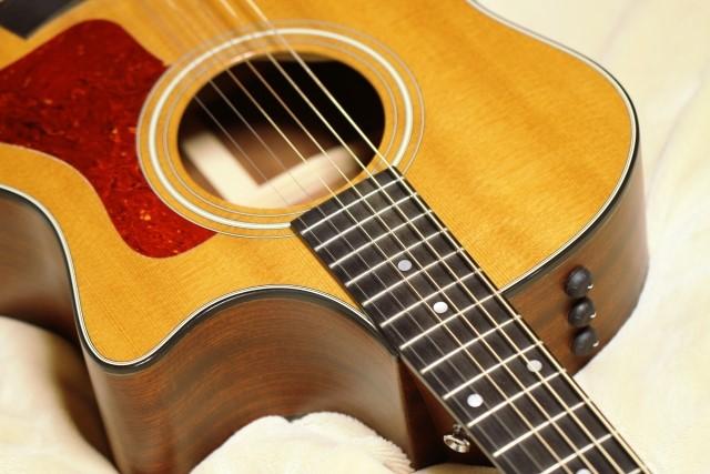 アイボリー色のクラシックギター