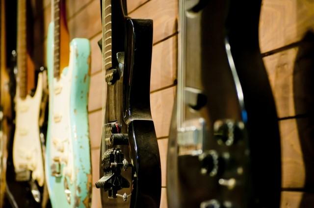 仙台市で一番高く売れたギター4本を壁掛け