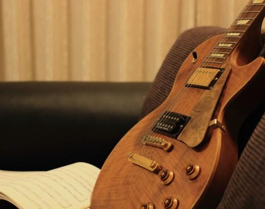 倉敷市で買取された古い木製エレキギター