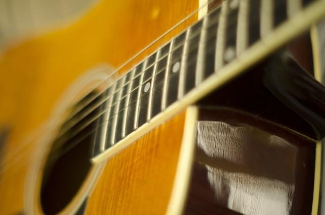 木製のフォークギター
