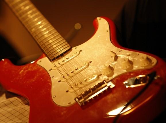 高知市ですぐ処分する赤と白色のエレキギター