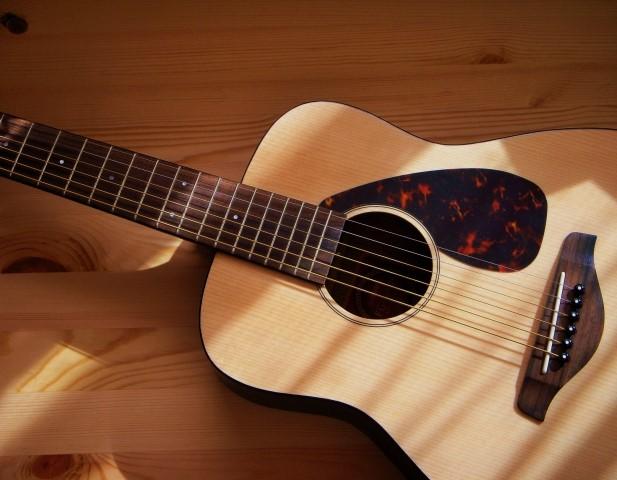山形市で不燃性粗大ごみになるアコースティックギター