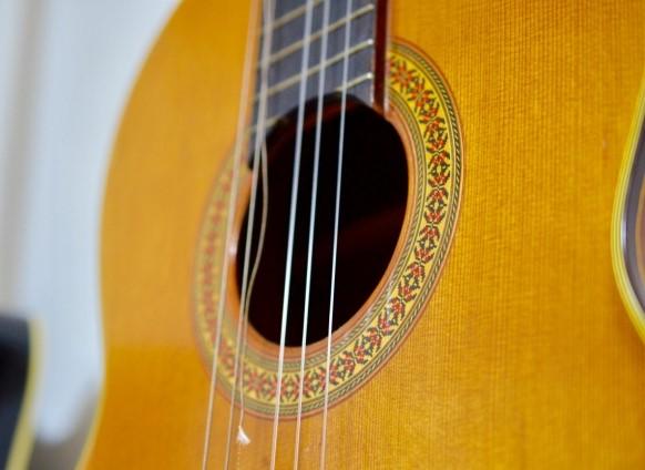 ごみで出す弦が切れて壊れたアコースティックギター