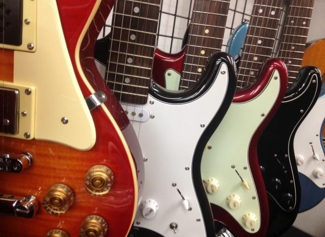 エレキギターを高く買取して並べている