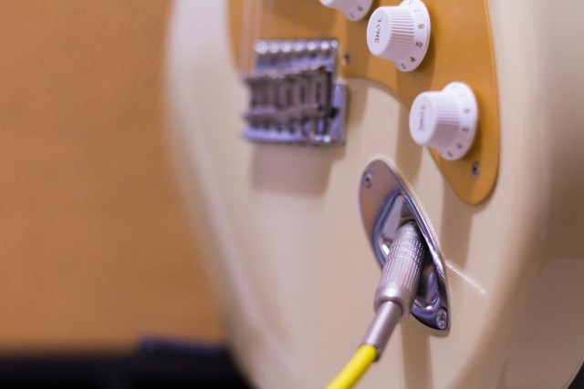 青森市で処分するプラスチック製エレキギター