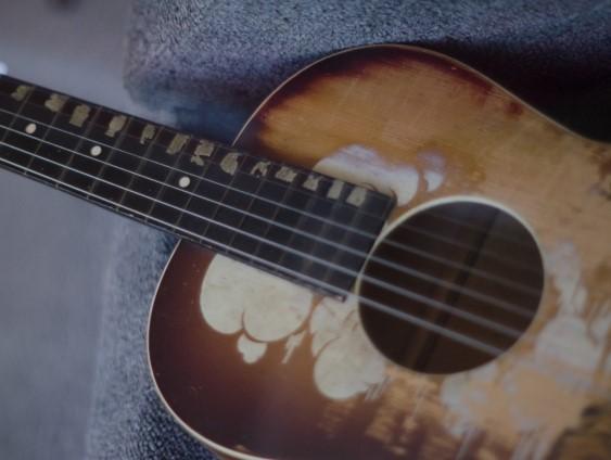 青森地区の燃えるごみ木製フォークギター