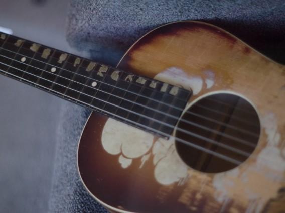 那覇市で捨てられたフォークギター