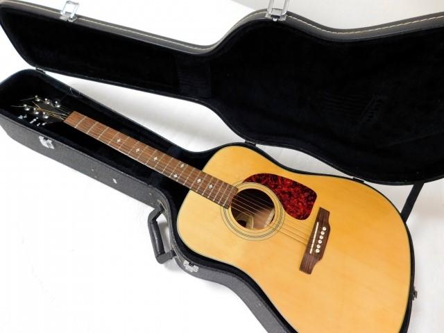 アコースティックギターと黒いギターケース