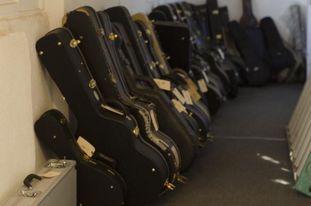 下関市で買取されたギターケースに入った大量のギター