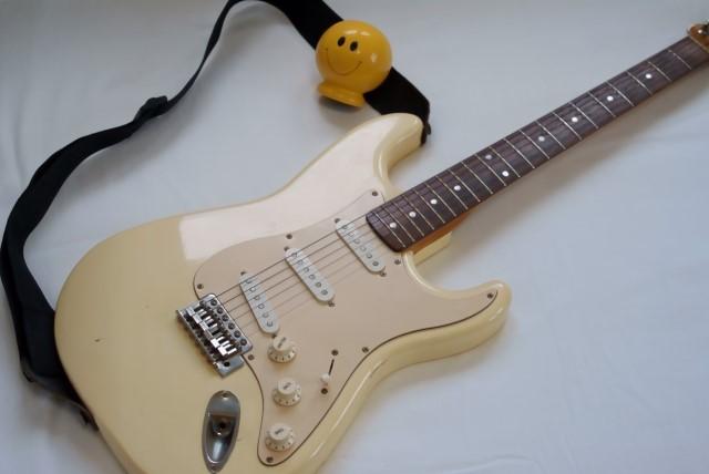 草加市で手数料無料で処分したクリーム色のエレキギター