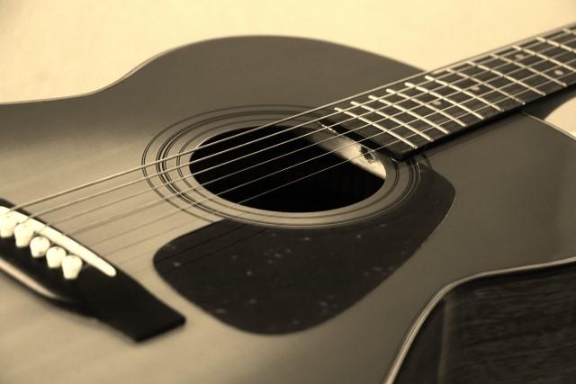 群馬県太田市で捨てられたアコースティックギター