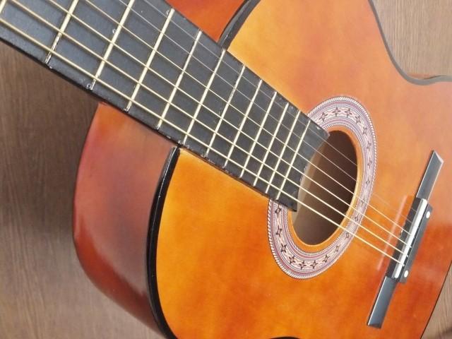 つくば市で戸別収集されるアコースティックギター