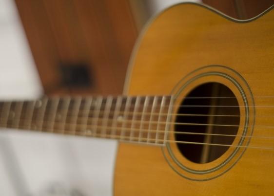 津市ではごみ分別がはっきりしないアコースティックギター