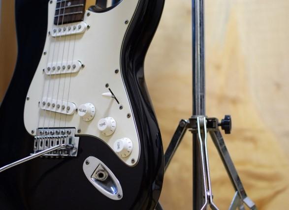 岸和田市では粗大ごみになる黒いエレキギターとギタースタンド