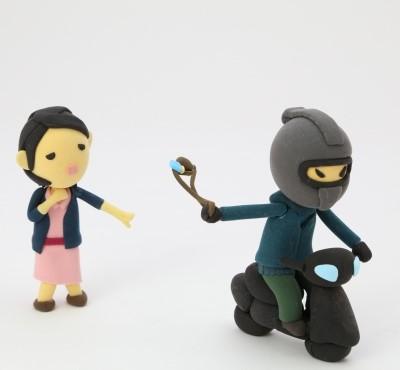 ひったくりされる女性とバイクに乗った犯人