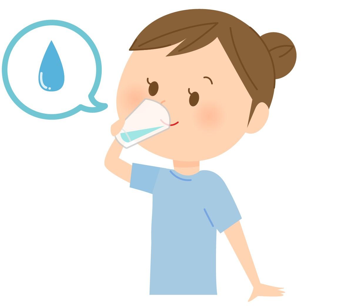 コロナウィルス予防で水を飲む女性