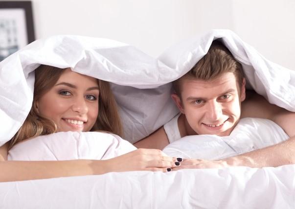 ベッドで仲良くしている男女のカップル