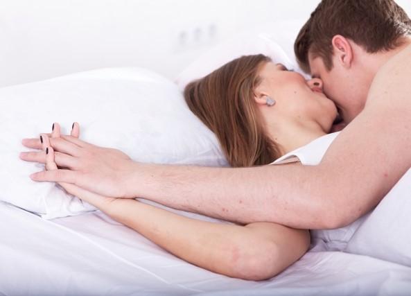 早漏防止に成功してベッドで重なり合う男女カップル