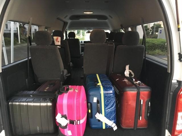 スーツケースを積み込んだ空港送迎車