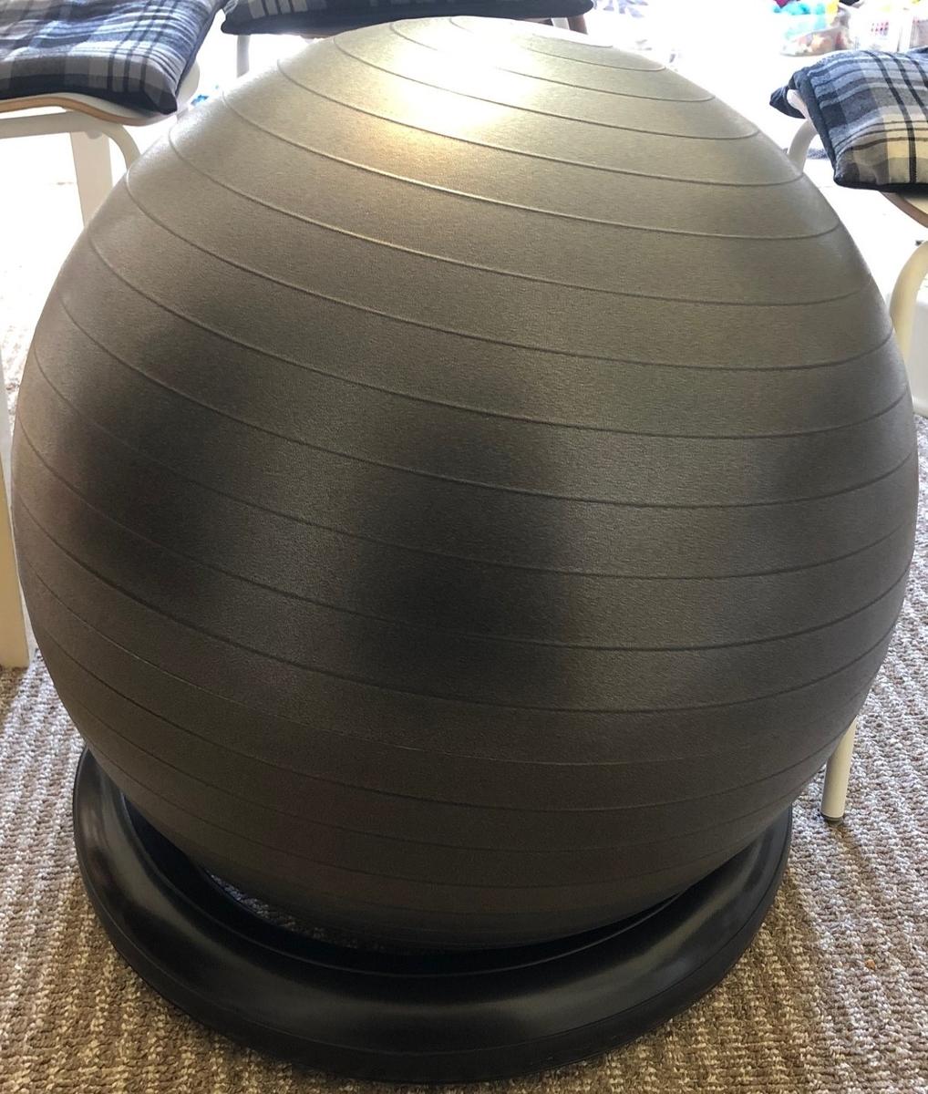 テレワークに最適な黒いバランスボール「姿勢よしお」