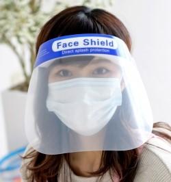 フェイスシールドにマスクのコンビニ女性