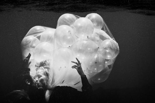 Eliot Lee Hazel - Balloon kiss Underwater