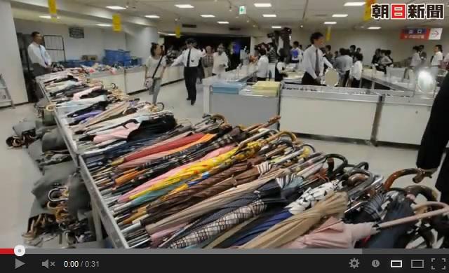 鉄道落とし物市。阪神百貨店の様子(朝日新聞の動画より)