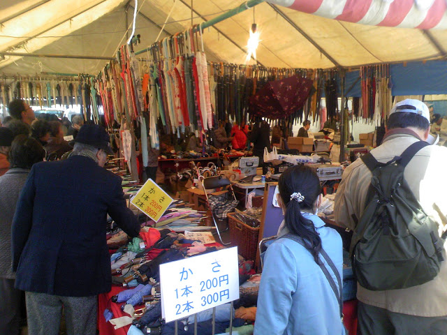 四天王寺の縁日、鉄道忘れ物の傘を売っている店の様子