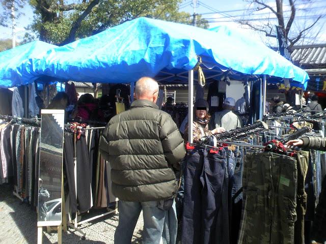 四天王寺の縁日、古着屋の様子。別の店