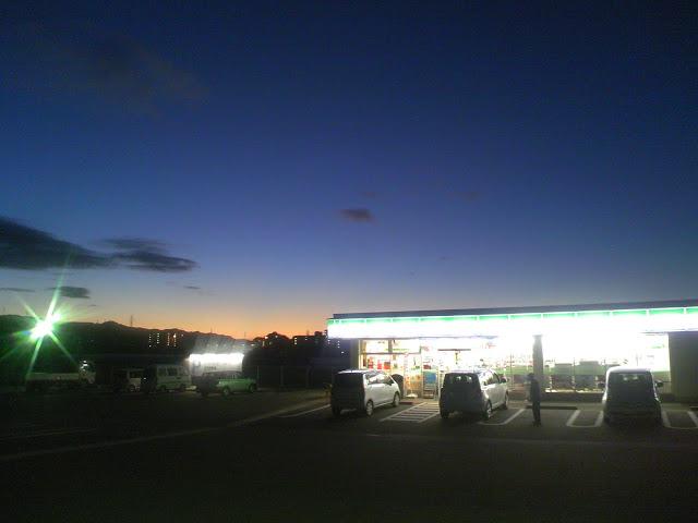 夜明けのファミリーマートを遠くから撮った写真