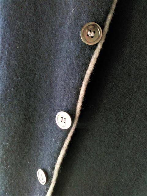 SHIPSの紺色の秋冬セーター・貝ボタンのアップ