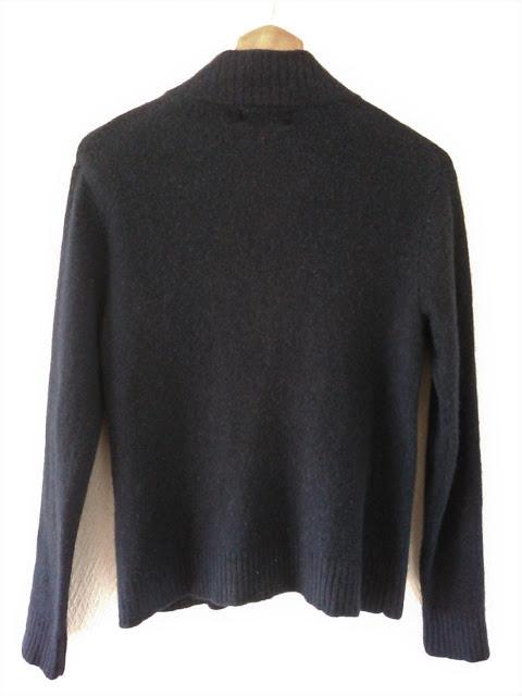 SHIPSの紺色の秋冬セーター・後ろ姿