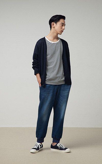 無印良品、メンズコーデ。春夏。同系色のセーター、シャツ、ジーパン