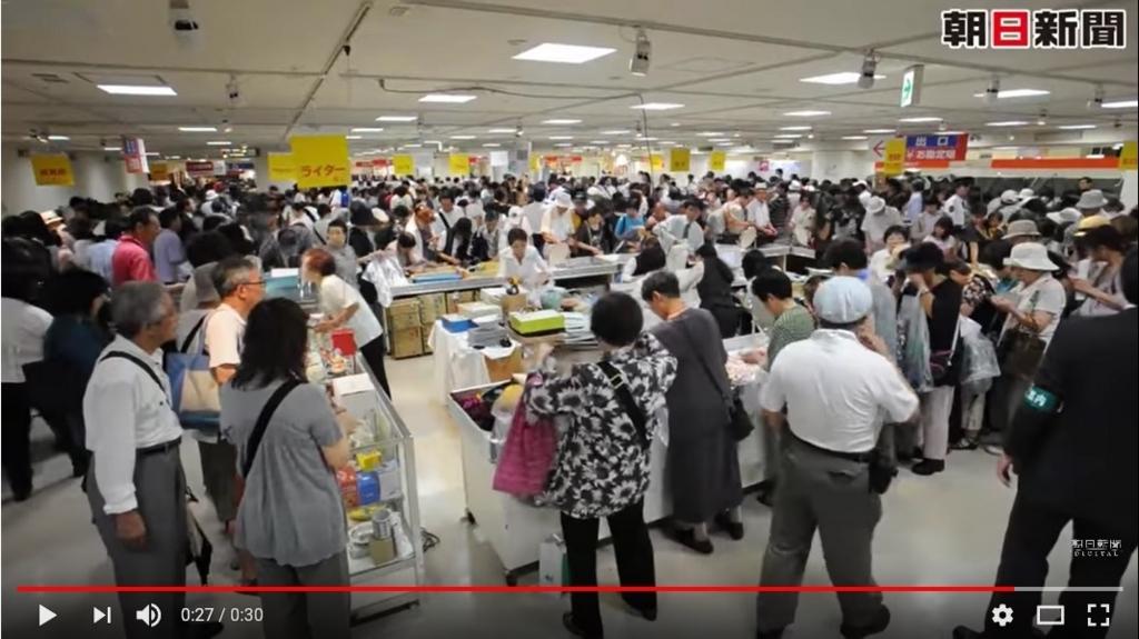 阪神百貨店・鉄道お忘れ物市、2011年8月(朝日新聞)