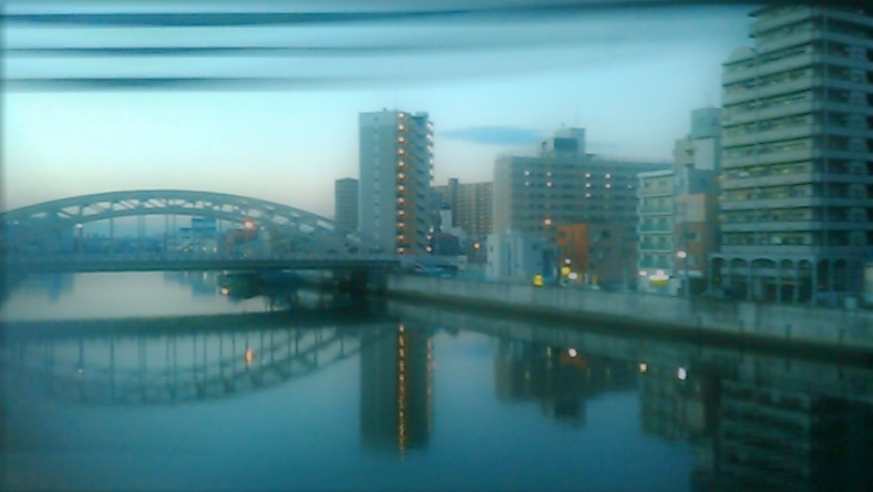 大阪環状線の車窓。夕方から夜にかけて。