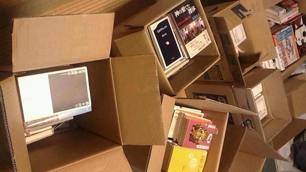 古本屋に売ろうと整理中の大量の本